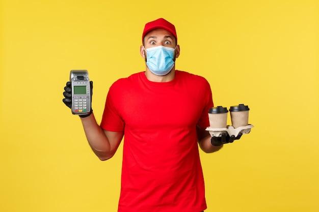 La consegna da asporto beve la quarantena covid e la prevenzione del concetto di virus ha sorpreso il corriere ansimante in ...
