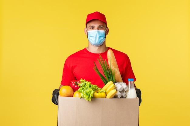 Consegna da asporto cibo e bevande covid quarantena e concetto di generi alimentari corriere amichevole in uni...