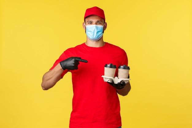 Consegna da asporto cibo e bevande quarantena covid e prevenzione del concetto di virus corriere sorridente in m...