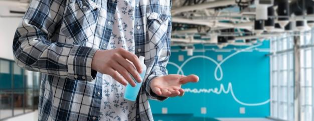 Prendere antisettico e usarlo per curare la disinfezione delle mani, la protezione dai virus