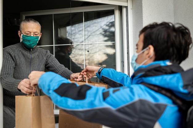 Prendersi cura delle persone anziane durante la pandemia fornendo loro