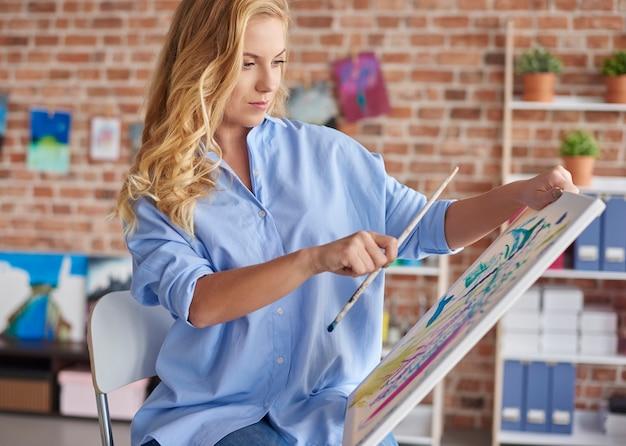 Prendere le misure mentre si dipinge un quadro