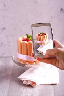 Scattare foto della torta charlotte con smart phone