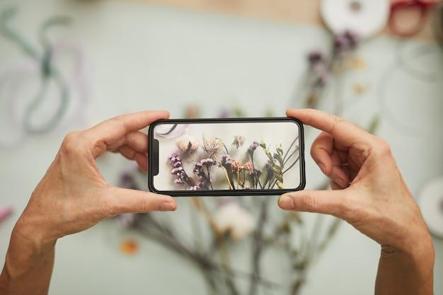 Scattare foto di composizione di fiori