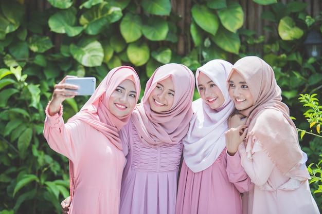 Scattare selfie con i migliori amici