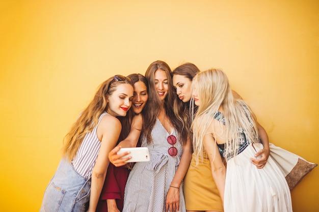 Fare un selfie con gli amici