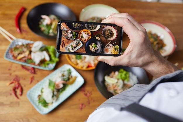 Scattare foto di smartphone con cibo delizioso