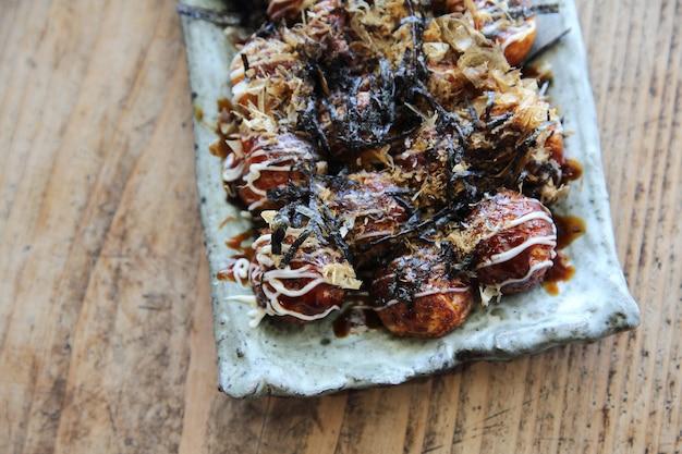 Takoyaki su fondo di legno, cibo giapponese