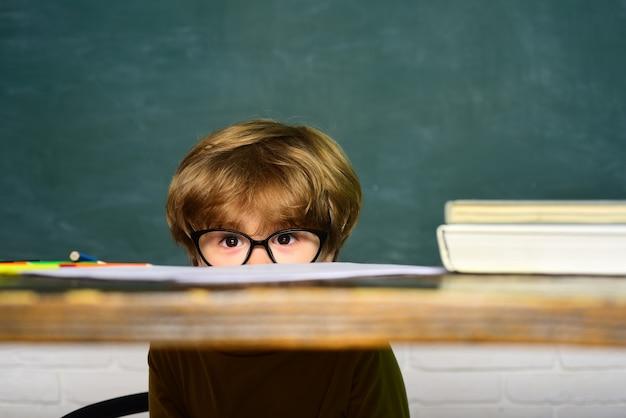 Bambini di talento della scuola contro il concetto di scuola della scuola dei bambini della lavagna verde dei bambini