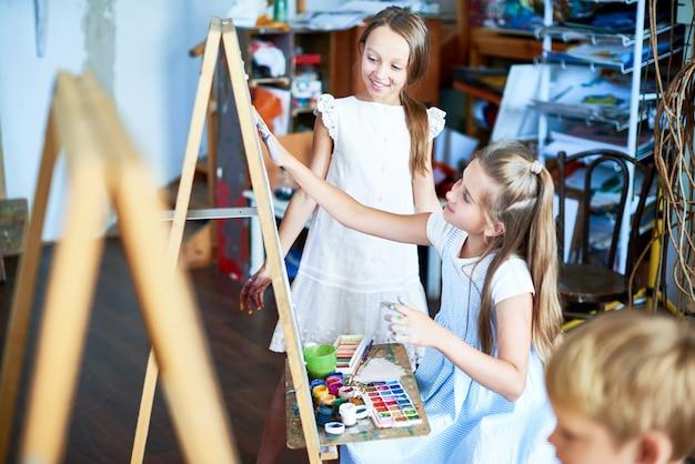 Ragazze di talento nella scuola d'arte