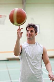 Uomo di talento che gioca a basket