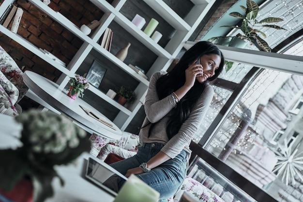 Parlando di affari. attraente giovane donna sorridente che parla su smart phone