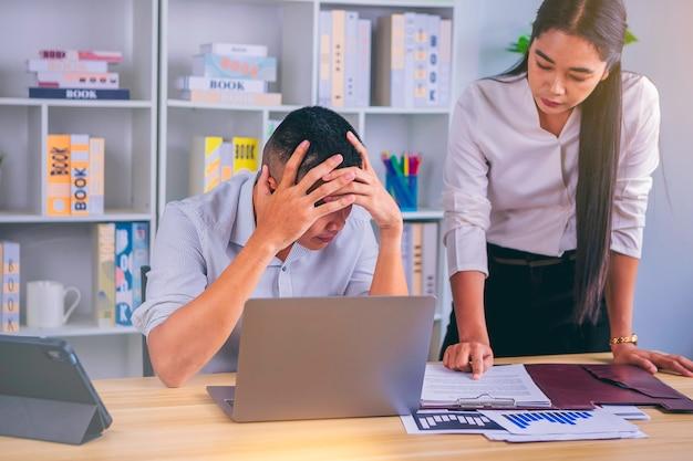 Parlando di affari seri gli uomini d'affari si incontrano dibattiti sui problemi aziendali