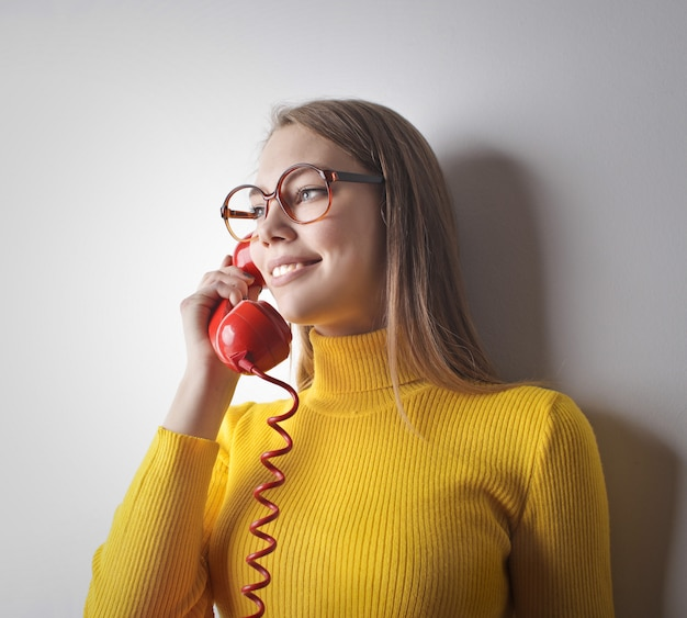 Parlando con un telefono rosso