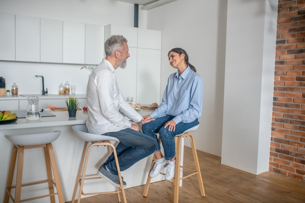Discorsi in cucina. un uomo e una donna seduti in cucina a parlare