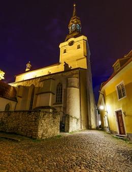 Tallinn chiesa cristiana estone al tramonto di un giorno d'estate.