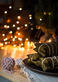 Piatto tradizionale tamales per natale in america latina