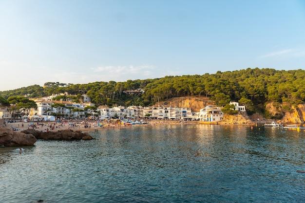 Spiaggia di tamariu nella città di palafrugell nel tramonto estivo. girona, costa brava nel mediterraneo