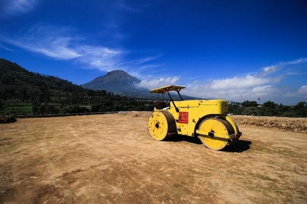 Macchina industriale a rulli tandem su un progetto di livellamento del terreno