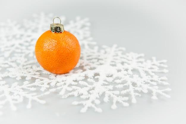 Mandarino come una palla di natale a natale e capodanno isolato su uno sfondo bianco.