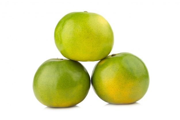 Mandarino. dolce arancia. su sfondo bianco