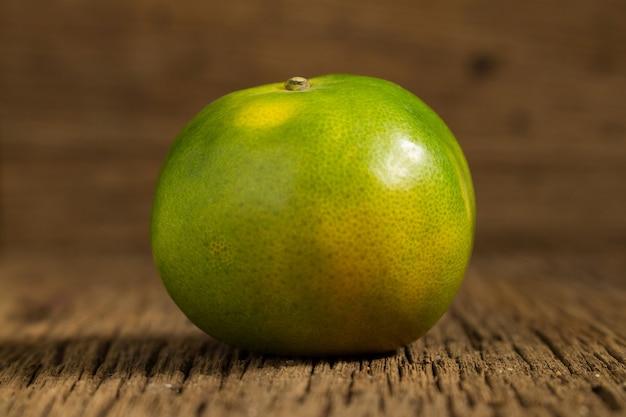 Mandarino. dolce arancia. su legno. trama di legno