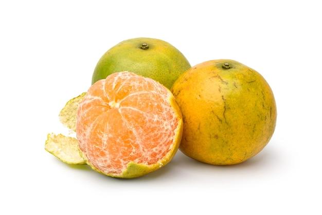 Mandarino con sbucciato isolato su bianco