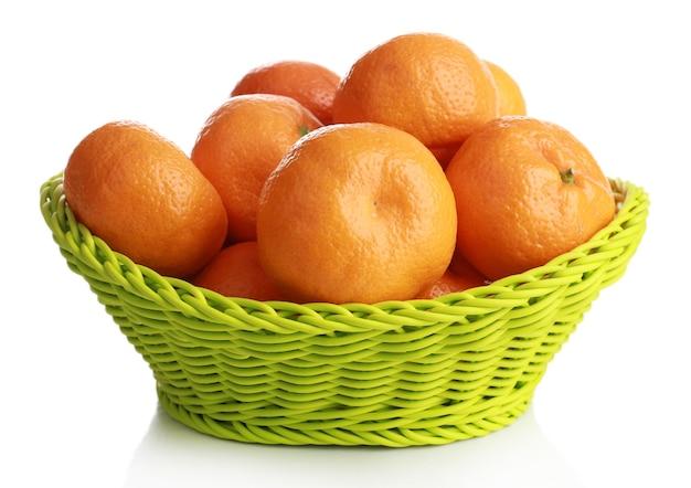 Mandarini in cestino isolato su white