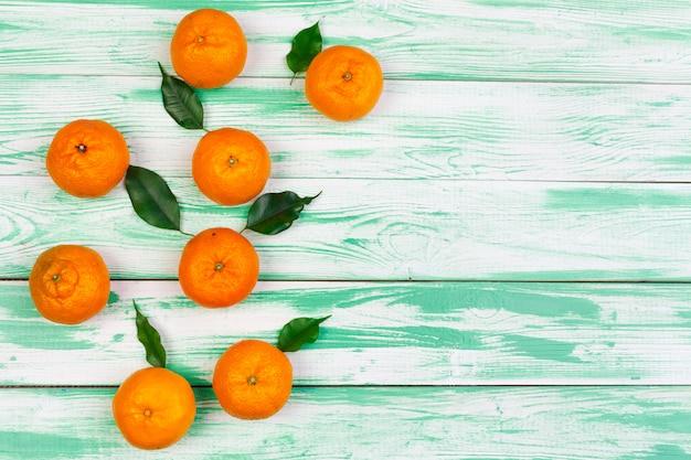 Mandarini su uno sfondo di legno nero