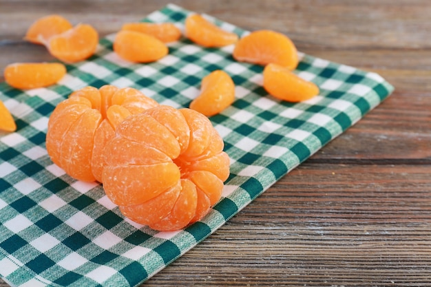 Mandarini sul tovagliolo sul tavolo