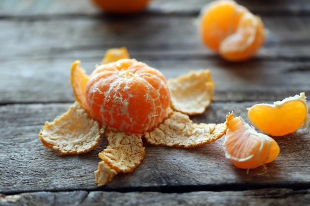 Mandarini sul vecchio tavolo di legno, primo piano