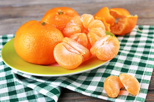 Mandarini nel piatto sul tavolo
