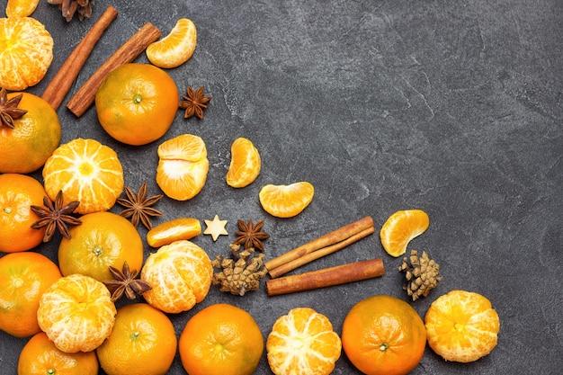 Mandarini e spezie, anice stellato, bastoncini di cannella. copia spazio. lay piatto
