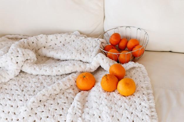 Mandarini su una coltre bianca nel nuovo anno