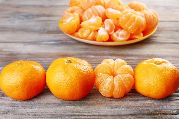 Mandarini su tavola di legno