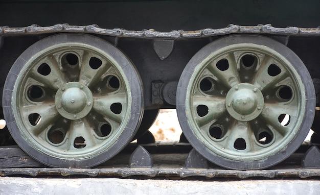 Trattore a cingoli del serbatoio, ruote in ferro, carrello del serbatoio da vicino, ruote in metallo da vicino, ruote del serbatoio