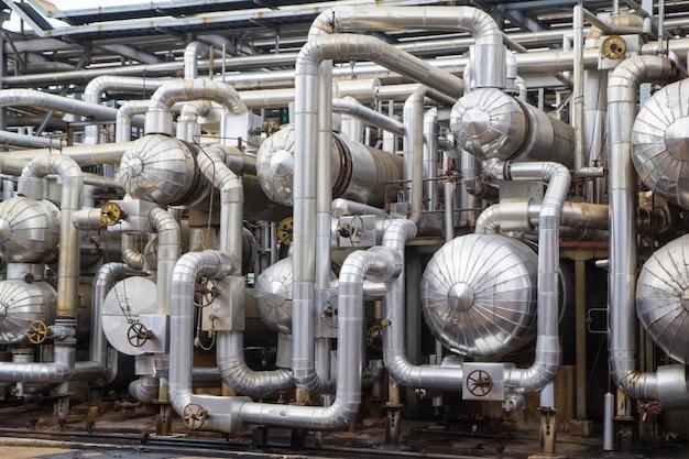 Vista orizzontale dello scambiatore di calore di distillazione dell'impianto di conduttura e del serbatoio nel petrolio e nel gas