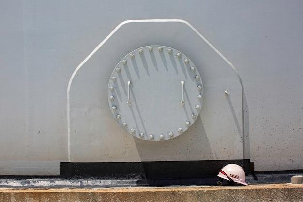 Ingresso per spazio confinato bianco del serbatoio con simbolo di segnale di pericolo