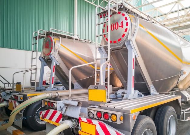 Camion di stoccaggio dell'autocisterna che carica lo zucchero nel silos di stoccaggio alla fabbrica di fabbricazione.