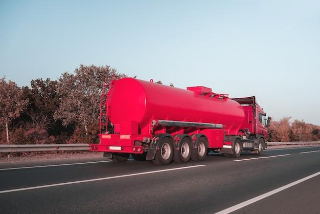 Camion cisterna sulla strada