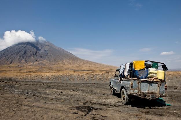 Vulcano della tanzania, vecchia automobile abbandonata, ol doinyo lengai, tanzania