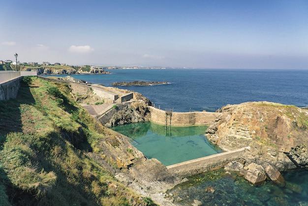 Tapia dello stagno naturale di casariego sulla costa, asturia, spagna