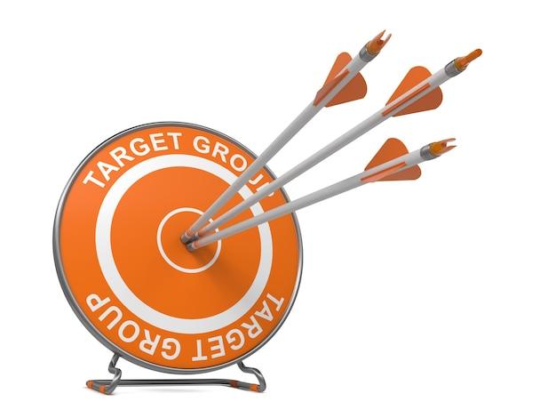Gruppo target. tre frecce che colpiscono il centro di un bersaglio arancione, dov'è