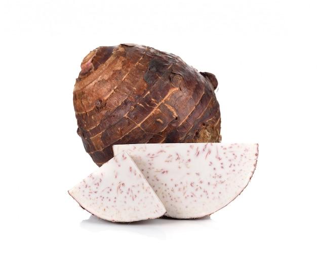 Taro isolato su sfondo bianco.