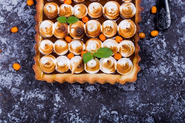 Crostata con cioccolato, olivello spinoso e meringa