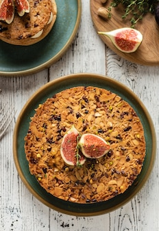 Tarte su base di sabbia con fichi freschi, mandorle e cialda croccante con mandorle e cacao in polvere. crostata di frutta fresca fatta in casa con frutti di bosco