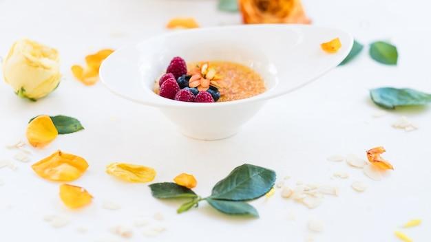 Gustosa colazione americana con muesli concetto. spuntino mattutino delizioso e salutare. cucina tradizionale. fotografia di cibo.