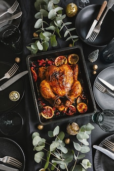 Pollo al forno appetitoso saporito servito sulla tavola di natale decorata con deco. vista dall'alto.