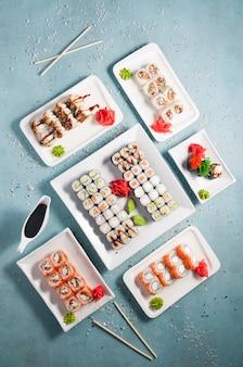 Gustoso sushi assortito e panini con salsa di soia. vista dall'alto