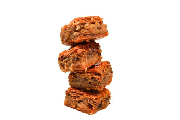 Baklava gustoso isolato su priorità bassa bianca.